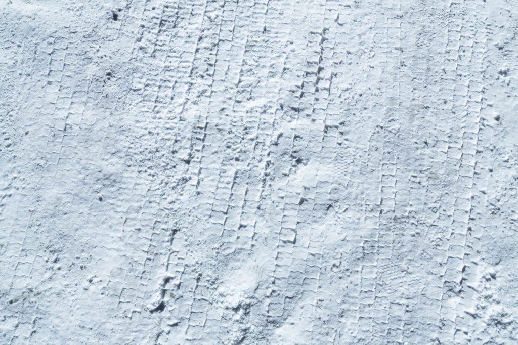 雪の日は路面が滑りやすい