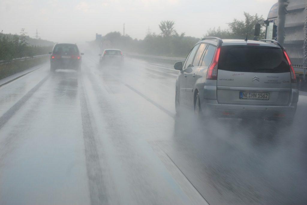 雨の日の安全運転を教官から学ぼう【雨の日・霧の日】