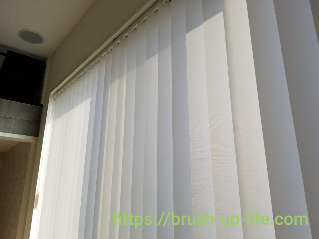 縦型ブラインドカーテンと電動シャッター